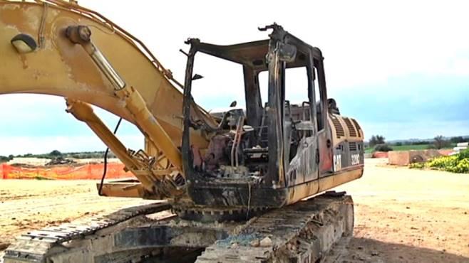 Un escavatore brucia nel cantiere